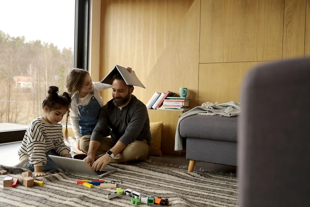 La participación del padre es de suma importancia. Uno de los momentos de relevancia es en el juego de sus hijas e hijos.