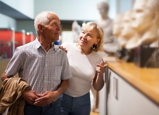 Пара в галерее