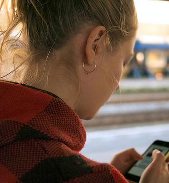 Kvinna på hennes telefon