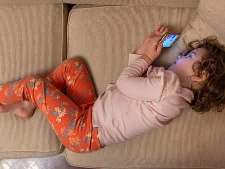 El tiempo de pantalla de los niños se ha disparado durante la pandemia, lo que alarma a padres.