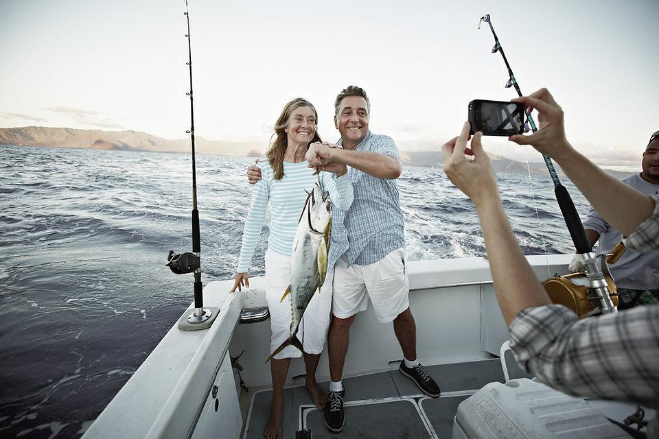 Paar hält Fisch