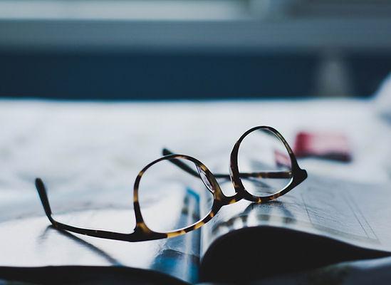 雑誌に置かれたメガネ