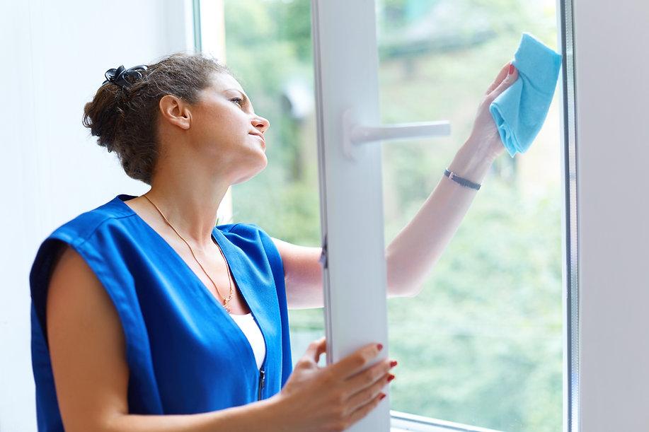 Diarista limpando janelas