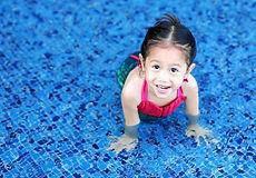 プールでかわいい女の子