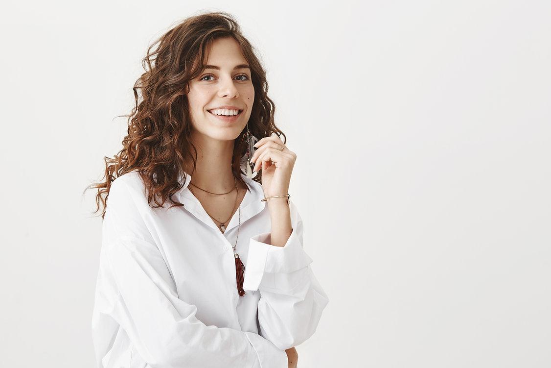 Mujer de blusa blanca