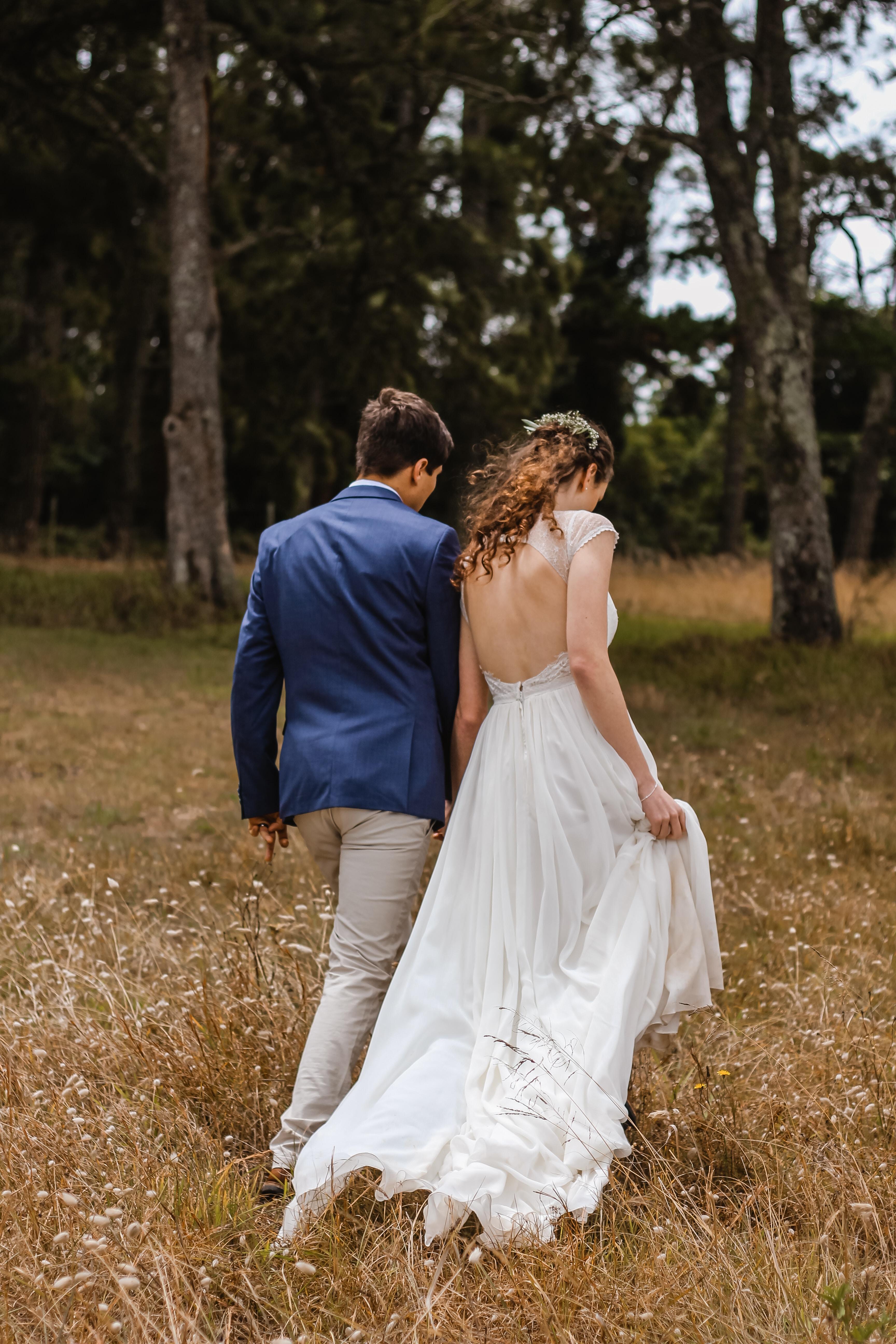Hochzeitspaar Spaziergang
