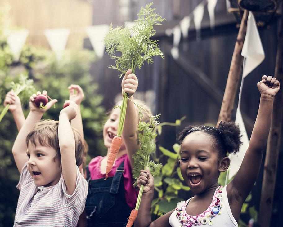 Crianças na fazenda de vegetais