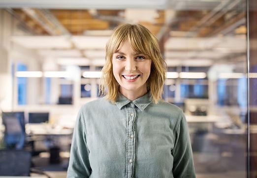 Smilende business kvinde