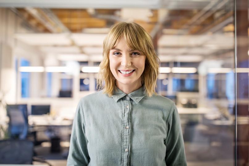 Empresaria sonriendo