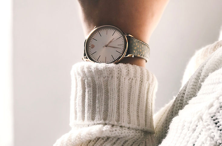 Frau mit Uhr