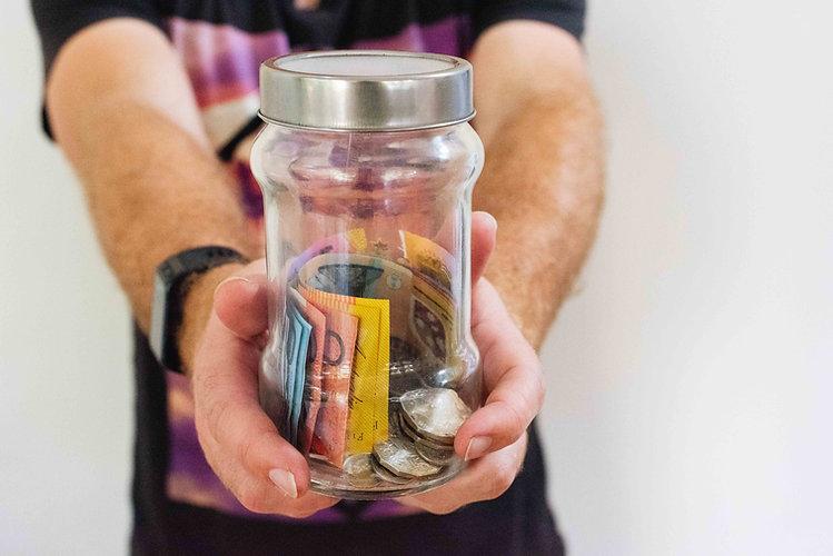 Einmachglas mit Geldscheinen und Münzen