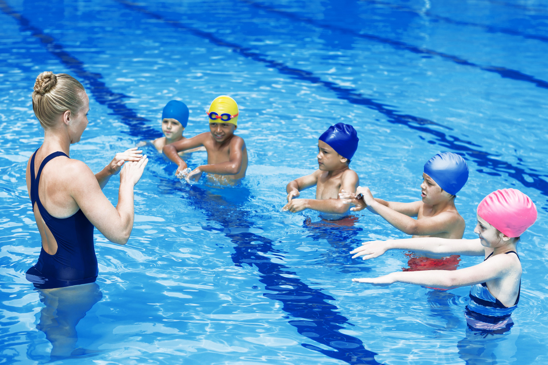 Entrenador de natación con estudiantes