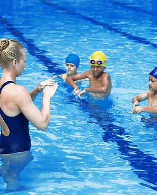 Entraîneur de natation avec des étudiant