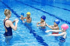 Schwimmtrainer mit Schülern