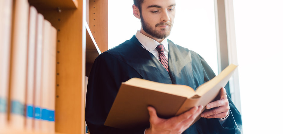 Richter mit Buch