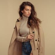 Modelo de moda en gabardina