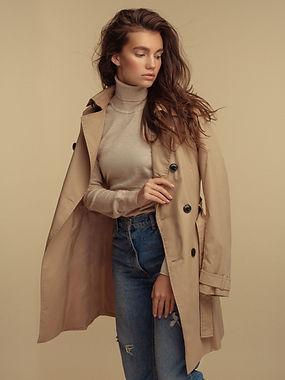 Modelo de moda em Trench Coat