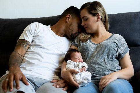 Eltern mit Neugeborenen
