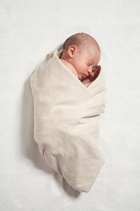 Baby gewikkeld in deken