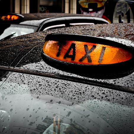 Taxidienst om inwoners naar het vaccinatiecentrum te brengen