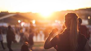 Девушка смотрит закат