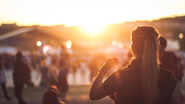 夕日を見ている少女