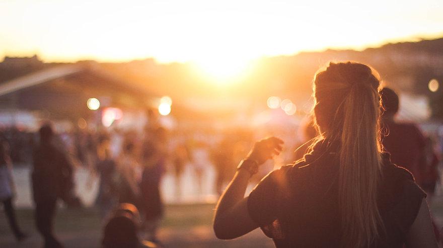 Jenter som ser solnedgang