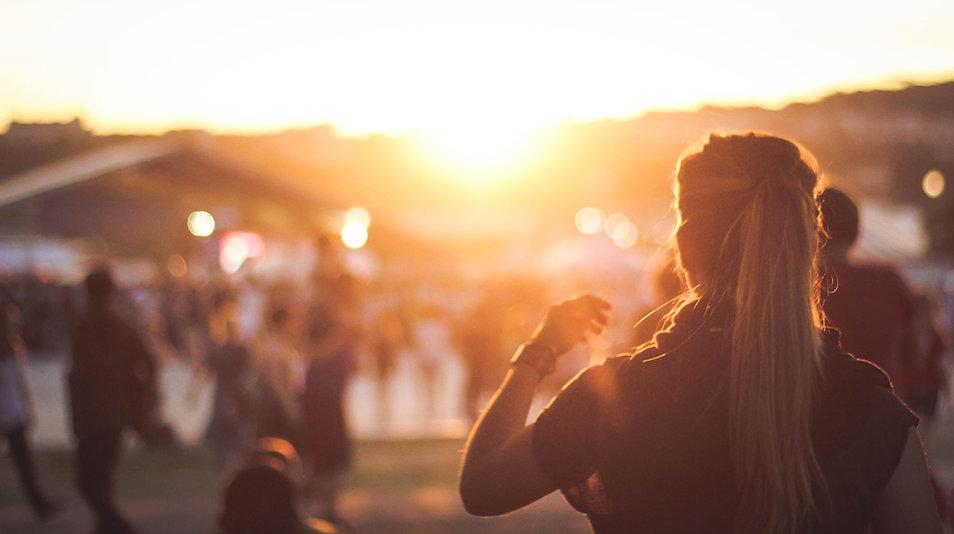Mädchen, das Sonnenuntergang überwacht