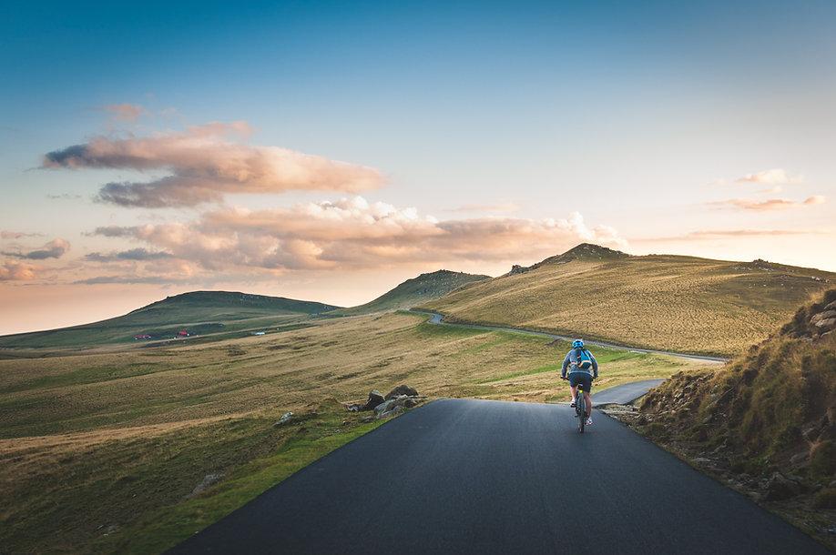 Andar de bicicleta no campo