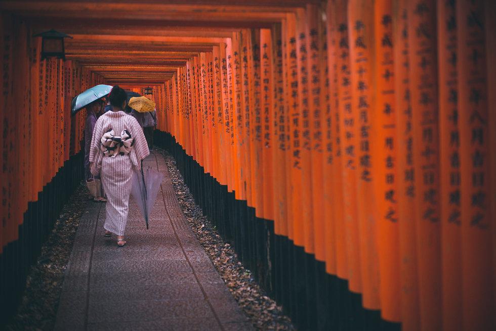 参道を歩く女性