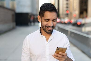 Hombre en su celular