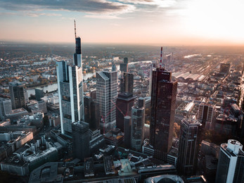 Solnedgang over byen