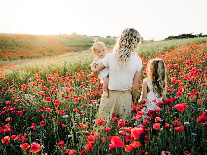 Mutter und Töchter im Mohnfeld