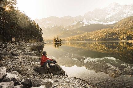 Frau-schaut-auf-das-Wasser-und-die-Berge