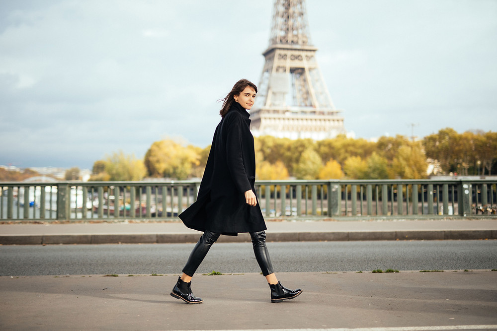 A new mom walking in Paris, in front of the Eiffel Tower