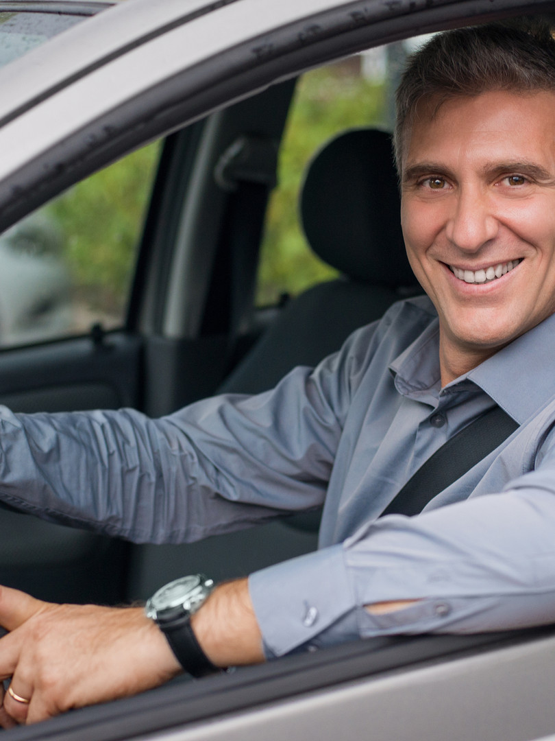 Homme d'affaires conduisant une voiture