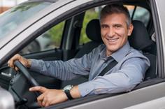 Empresário dirigindo um carro