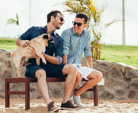 Dva muži se psem