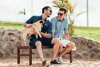 Dos hombres con un perro