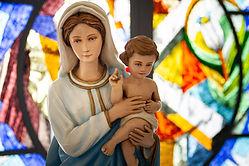 Standbeeld van de Maagd Maria en Jezus