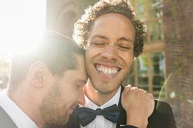 Casal recém-casado alegre
