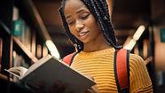 En ung kvinna som läser en bok