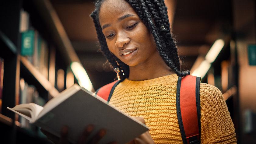 Eine junge Frau, die ein Buch liest