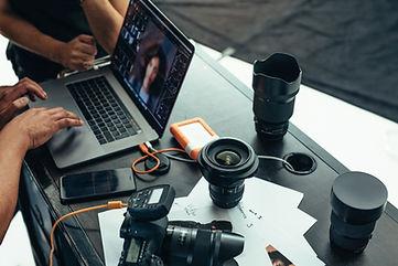 Fotokamera mit Objektiven und Laptop