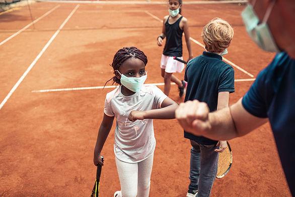 Joueurs de tennis se cognant les coudes