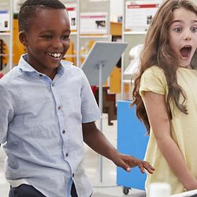 Opgewonden kinderen in de wetenschapskla