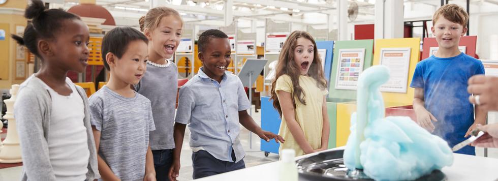 Aufgeregte Kinder im Naturwissenschaftsu