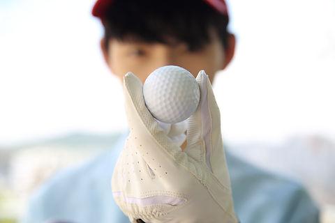 Tenir une balle de golf