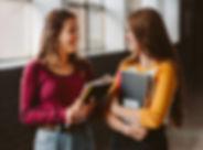 Estudantes universitários no corredor