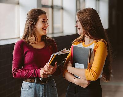 Studenci collegu w korytarzu